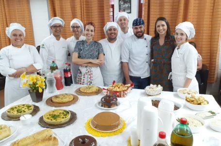 Alunos de Gastronomia da FARA homenageiam professores pelo seu dia